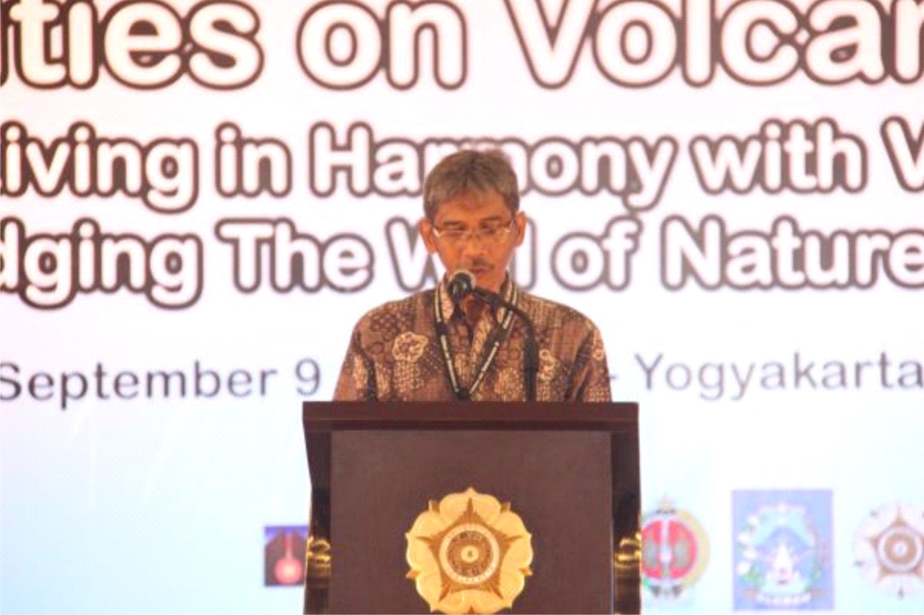 CITIES ON VOLCANOES 8 LIVING IN HARMONY WITH VOLCANO: Bridging the will of nature to society Yogyakarta, 9-13 September 2014